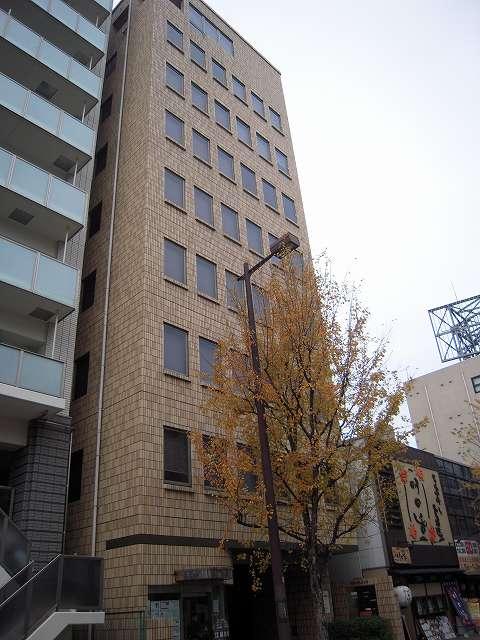 レンガ調の外観が目を引く大正通りに面した賃貸オフィスビル