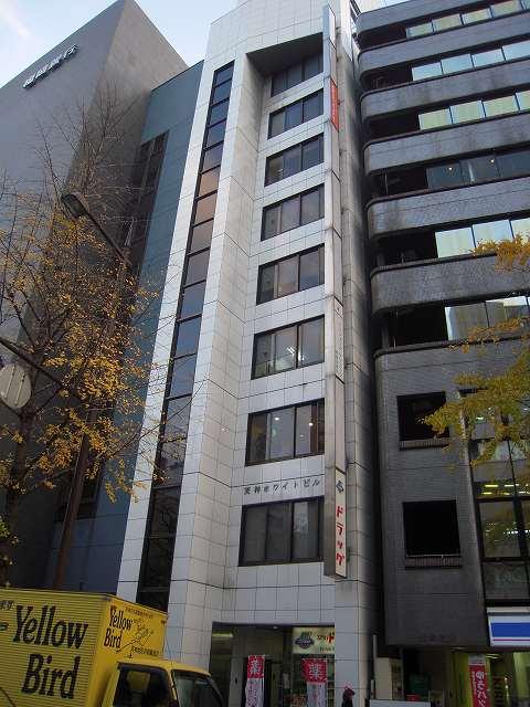 白い外観が目印のL字型の賃貸オフィスビル