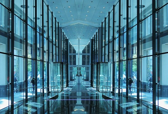 ガラス張りのスタイリッシュな外観が目を引く賃貸オフィスビル