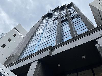 天神3丁目昭和通り沿いにあるミラーガラスを採用したモダンな外観の賃貸ビル