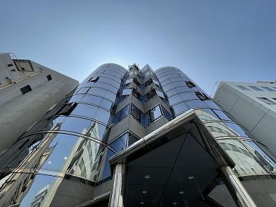 博多駅東にあるガラスウォールの外観がスタイリッシュなオフィス賃貸ビル