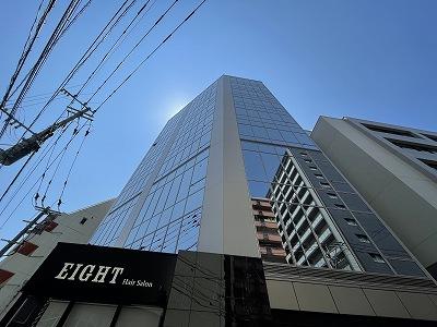 博多駅前3丁目に位置するガラス張りのスタイリッシュなおしゃれなビル